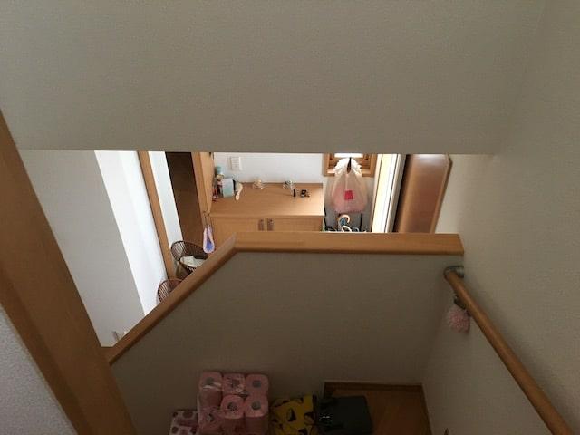 玄関と階段の間に空間つくった