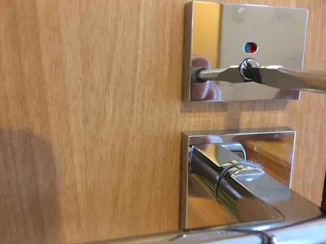 トイレ外から鍵が開く