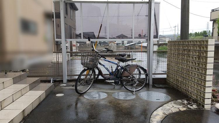 サイクルポートの下で雨に濡れる電動自転車