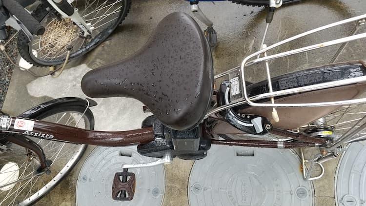 雨に濡れる電動自転車
