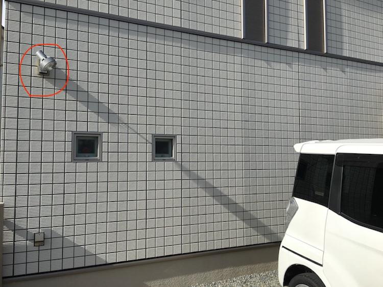 自宅の駐車スペースのセンサー付きライト