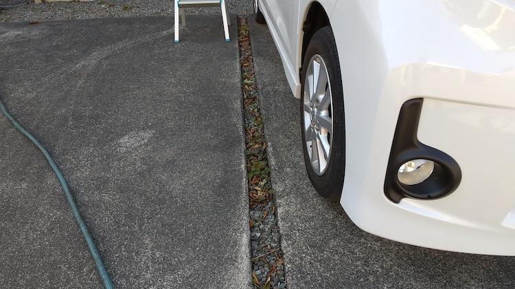自宅の駐車スペースの溝に枯れ葉がつまった様子