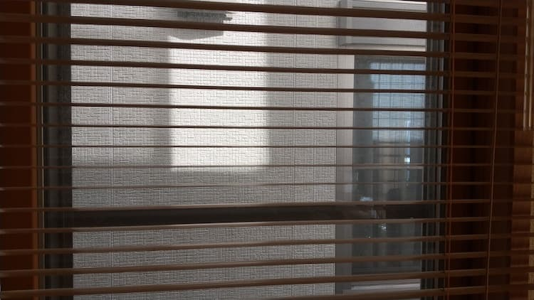 距離が近いお隣さんの窓