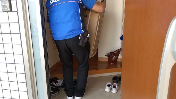佐川急便の人が冷凍庫を置くところ