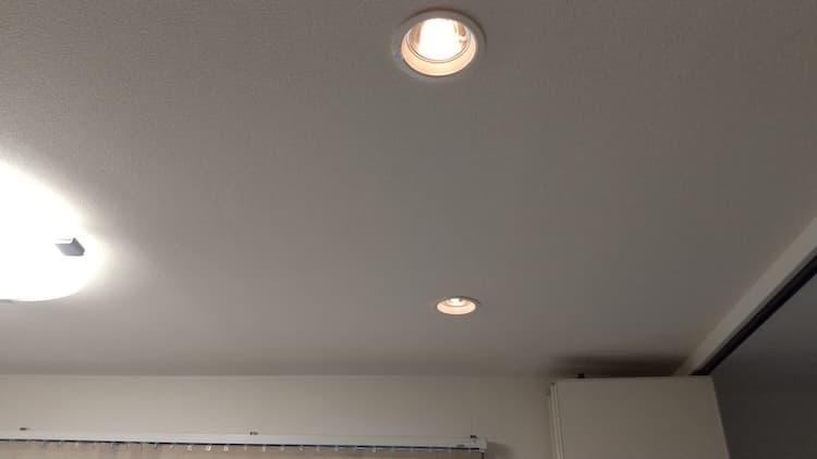 ほどよい明るさに調整した調光式ダウンライト