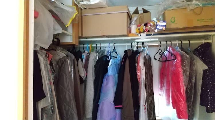 子ども部屋のウォークインクローゼットの洋服をかけるスペース